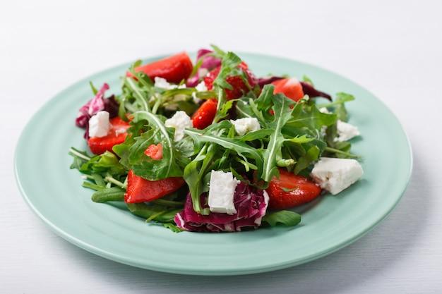 Sommersalat mit frischen erdbeeren, rucola, salat