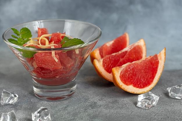 Sommersalat mit grapefruit auf hellem hintergrund mit kräutern. isolieren. platz kopieren.