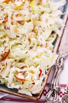 Sommersalat mit kohl mit apfel