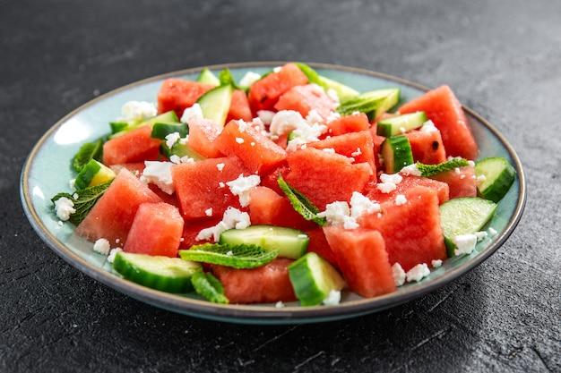 Sommersalat mit wassermelone und gurken