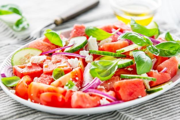 Sommersalat mit wassermelone und salatblättern