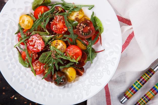 Sommersalat von frischen, farbigen kirschtomaten