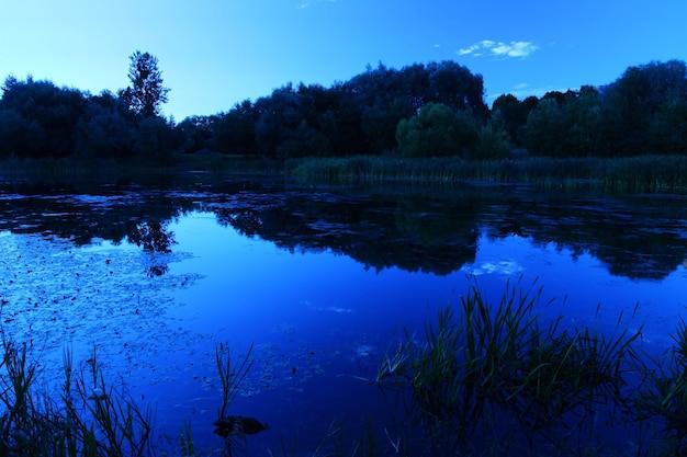 Sommersee in der nacht nach sonnenuntergang