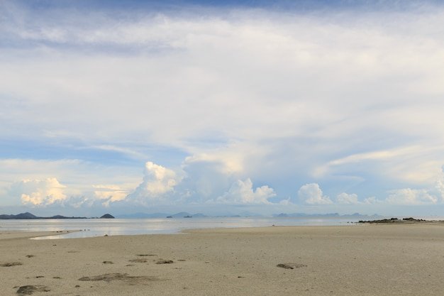 Sommerseelandschaft mit blauem himmelhintergrund