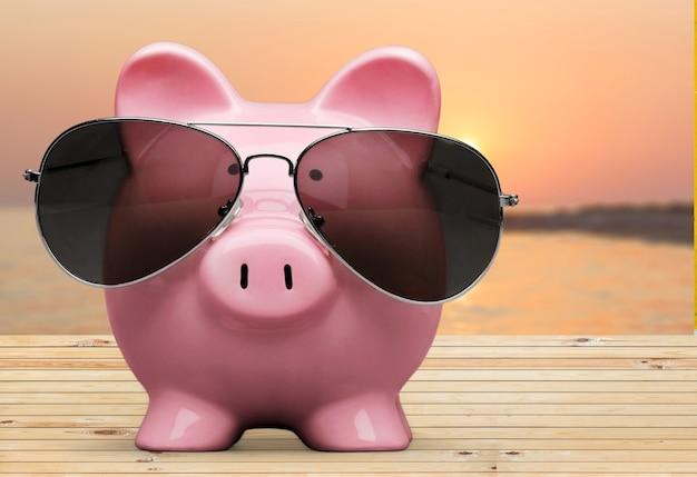 Sommersparschwein mit sonnenbrille am strand