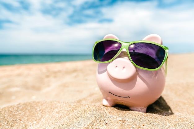 Sommersparschwein mit sonnenbrille