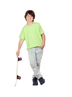 Sommersprossiger junge mit dem skateboard getrennt auf weißem hintergrund