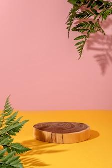 Sommerstil der vitrine für kosmetikproduktpräsentation auf gelbem und rosa hintergrund mit blumen.