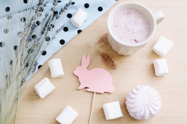 Sommerstillleben mit frischem erdbeer-smoothie oder milchshake mit marshmallows