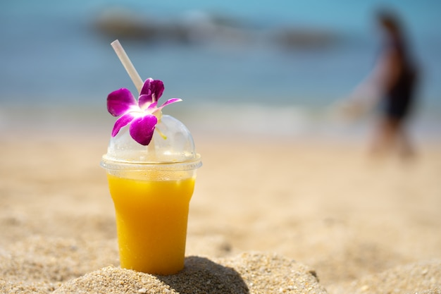 Sommerstrand mit orangen-smoothie