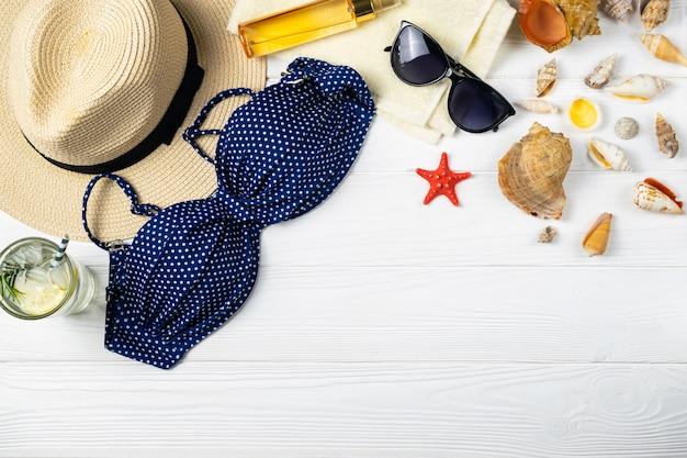 Sommerstrand-poolzusammensetzung mit der hutsonnenbrille, die getränk auf holz verweist