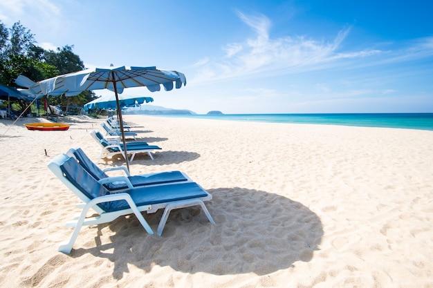 Sommerstrand und meer in phuket thailand. sitz und stuhl. sommerferienkonzept