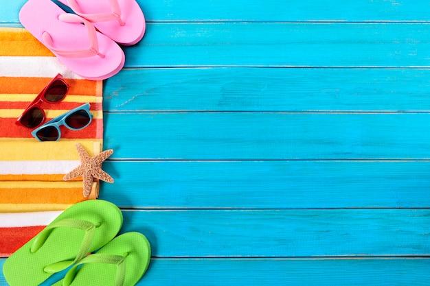 Sommerstrand wendet grenze, sonnenbrille, flipflops, kopienraum ein