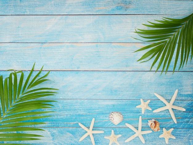 Sommerstrandhintergrund mit palmblättern.