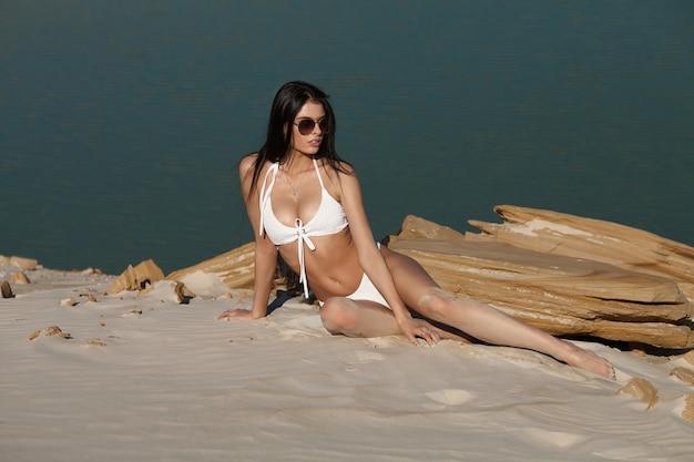 Sommerstrandkonzept. sandy frau gesäß am strand.