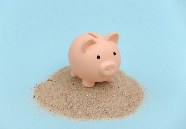 Sommerstrandreise-urlaubskonzept. sparschwein auf einer insel mit sand