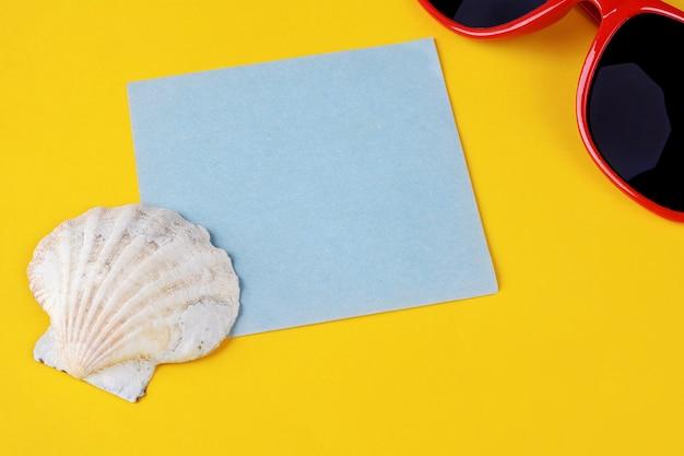 Sommerstrandzubehör mit leerer papierkarte