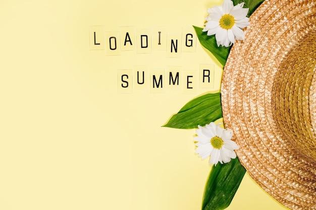 Sommerstrohhut der frauen auf gelbem hintergrund draufsicht flach kopienraum legen