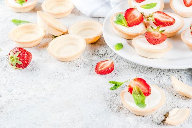 Sommersüßer selbst gemachter nachtisch, minikäsekuchen mit erdbeere