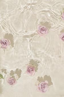 Sommerszene mit rosenblüten im wasser.