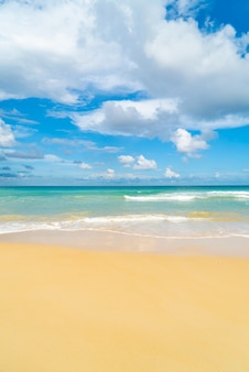 Sommertag phuket strand meer sand und himmel landschaftsansicht des strandmeeres im sommertag