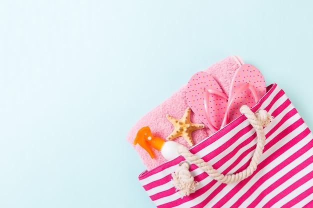 Sommertaschenhintergrund mit kopienraum. flaches foto auf farbtabelle, reisekonzept. freier speicherplatz für text, mock-up.