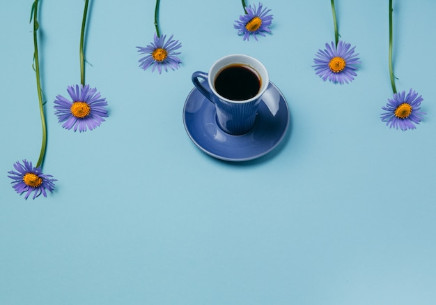 Sommerthema, kamillen und eine tasse kaffee