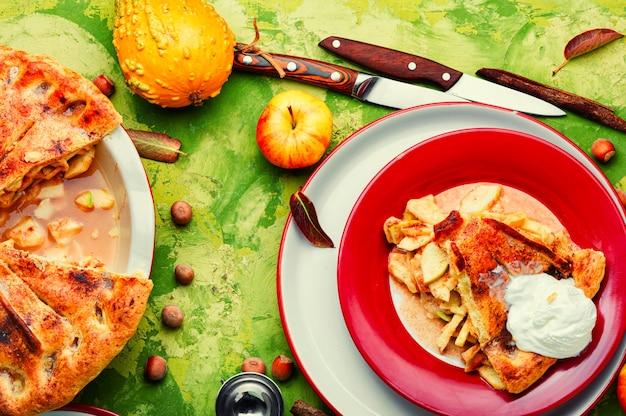 Sommertorte mit apfelfüllung. herbstliche süße. traditioneller apfelkuchen.