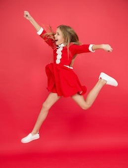 Sommerurlaub bedeutet freiheit. freiheit ohne regeln. fühle die freiheit. internationaler kindertag. kindheitsglück. langes haarspringen des kleinen mädchenkindes. glückliches leben. voller energie. aktive spiele.