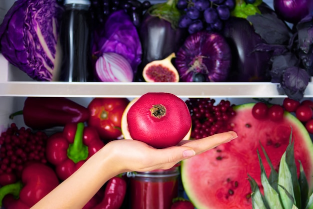 Sommerviolett gesunde organische antioxidans granatapfel, gemüse gemüse und obst: kohl, auberginen, trauben, feigen als gesunde ernährung, ernährung und lebensstil. kühlschrank, vegan. vegetarisches und rohes konzept