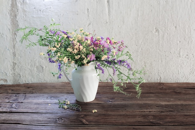 Sommerwildblumen auf altem holztisch