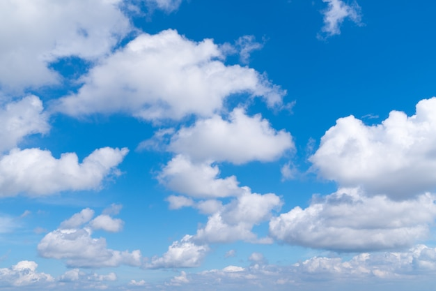 Sommerwolken mit klarem himmel
