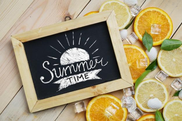 Sommerzeit-typografie auf tafel-orange verlässt würfel-eis-seeoberteil-zitrusfrucht-muster