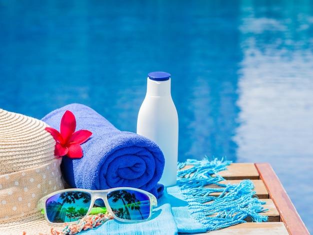Sommerzubehör an der seite des swimmingpools. urlaub, sommerkonzept