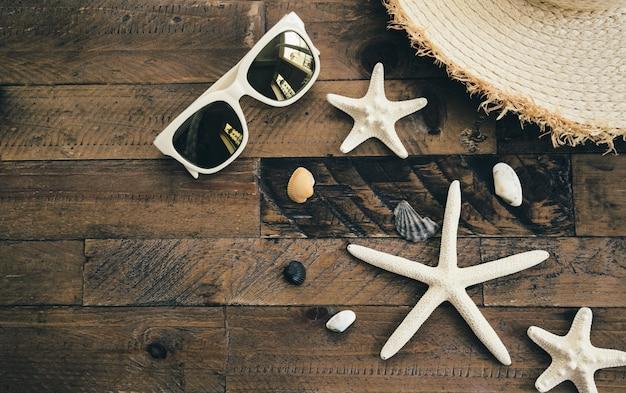 Sommerzusammensetzung auf holztisch. ferien- und reisekonzept