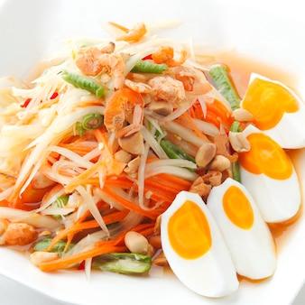 Somtam, lokaler thailändischer lebensmittelpapayasalat mit gesalzenen eiern.