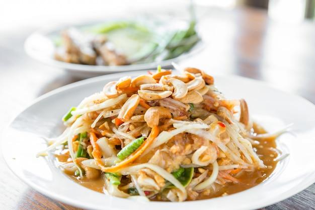 Somtum, thailändischer würziger papayasalat, erve