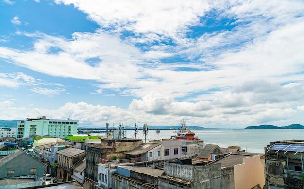 Songkla stadtansicht mit blauem himmel und bucht in thailand
