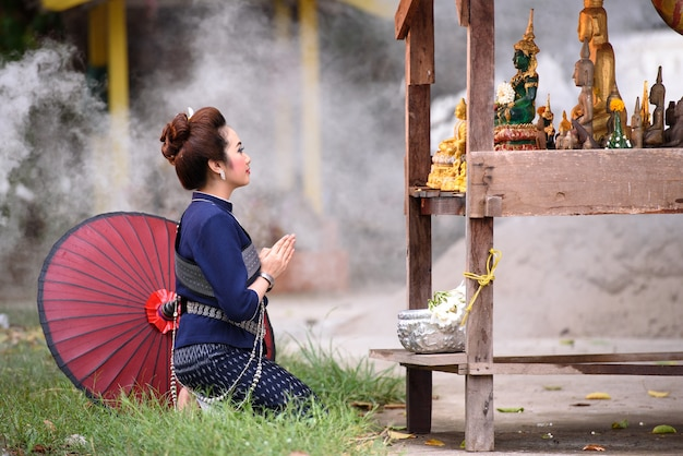 Songkran, thailand wasser festival schöne frau gießen wasser buddha vor splash