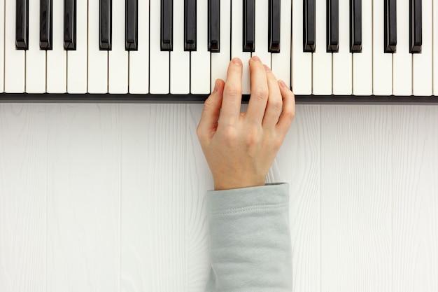 Songwriter oder dj arbeiten mit synthesizer und kopfhörern