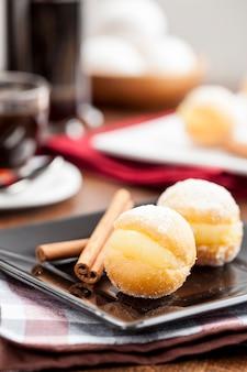 Sonho, ein traditionelles gebäck, hergestellt in brasilianischen bäckereien.