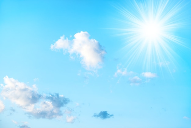 Sonne am blauen himmel und weiße wolken als naturhintergrund