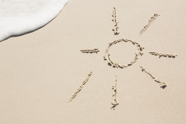 Sonne auf sand gezeichnet