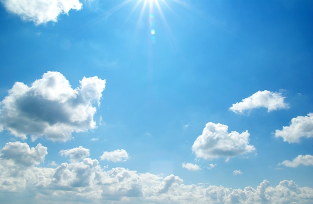 Sonne bei strahlend blauem himmel