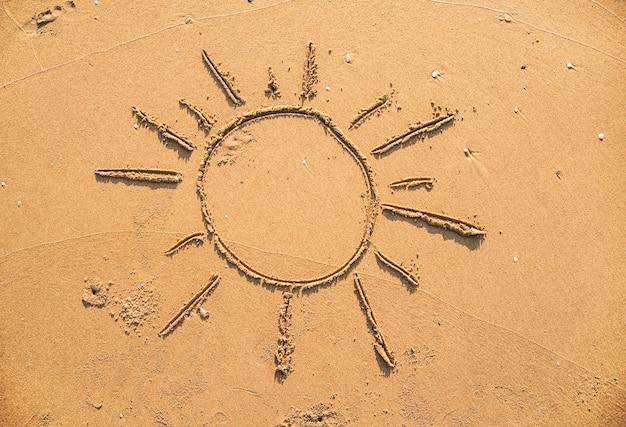 Sonne in den sand gezeichnet