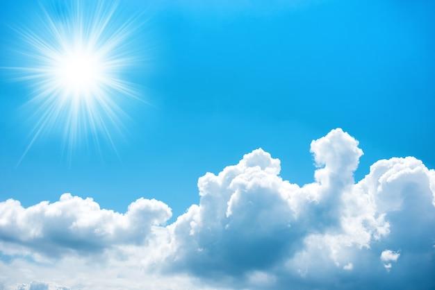 Sonne mit strahlen am blauen himmel mit wolken