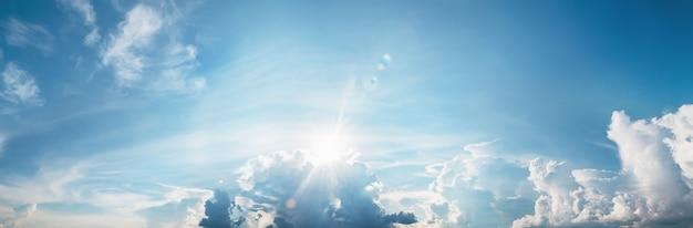 Sonne mit wolke auf blauem himmelshintergrund