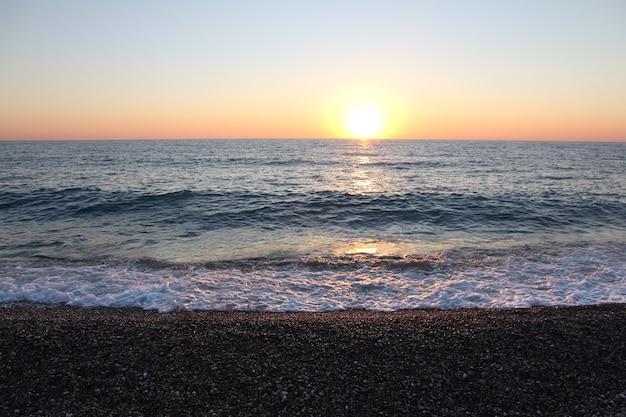 Sonne nähert sich dem horizont über der oberfläche des schwarzen meeres