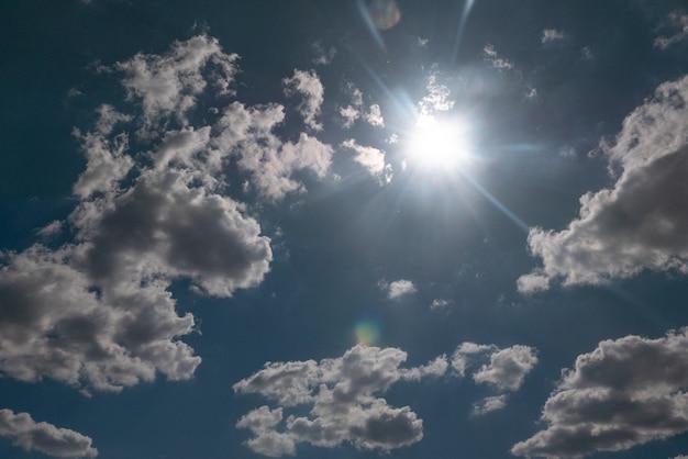 Sonne scheint über schöne stürmische wolken, himmel klärt sich nach regen