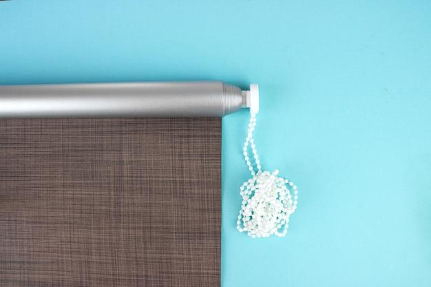 Sonnen- und hitzeschutz. rollos werden aus texturmaterial hergestellt.